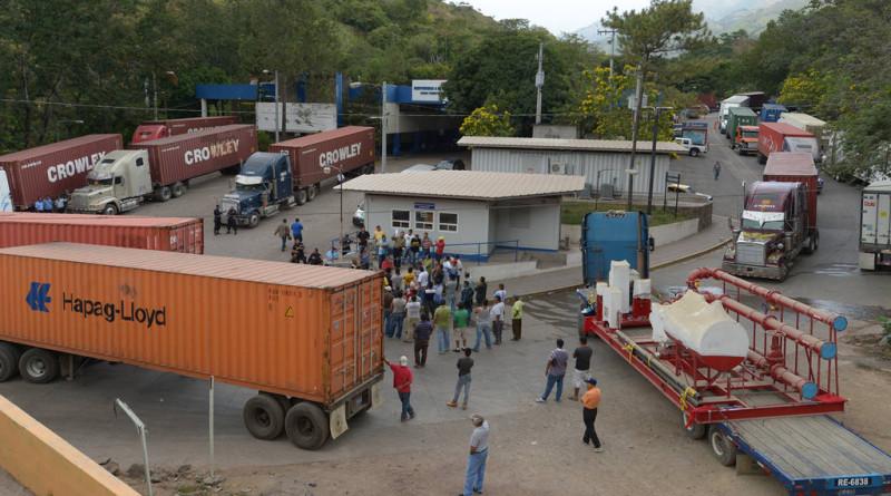 San Salvador, Sábado 19 de diciembre de 2015 Transportistas de carga bloquearon por varias horas la frontera Angiatú, en Metapán, Santa Ana, para exigir  a los agentes aduanales rapidez en los tramites.  FOTOS EDH/ Leonardo González