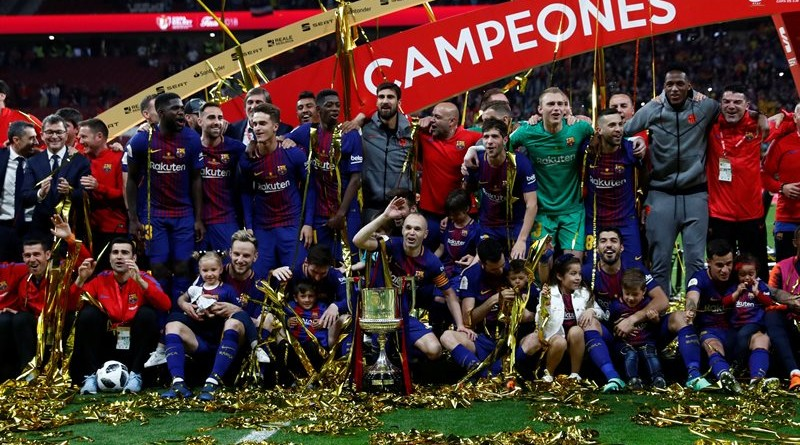 Soccer Football - Spanish King's Cup Final - FC Barcelona v Sevilla - Wanda Metropolitano, Madrid, Spain - April 21, 2018   Barcelona's Andres celebrates with the trophy and team mates after the match   REUTERS/Juan Medina SOCCER-SPAIN-FCB-SEV/