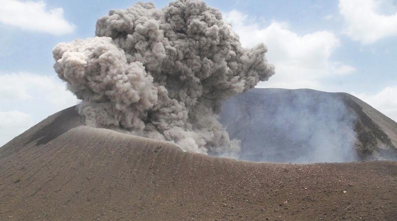 Ayer el volcán Telica, hizo más de cinco explosiones, dos de ella alarmó a la población aledaña al coloso. LA PRENSA/E.LOPEZ